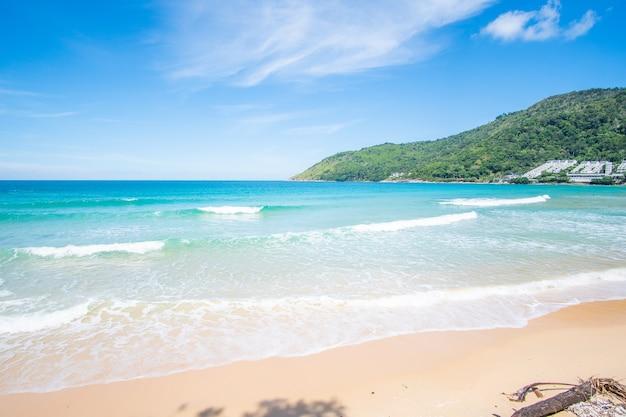 Letni dzień plaża w phuket morze piasek i niebo krajobrazowy widok na morze na plaży w letni dzień przestrzeń na plaży w karon beach phuket tajlandia w dniu 15 grudnia 2020