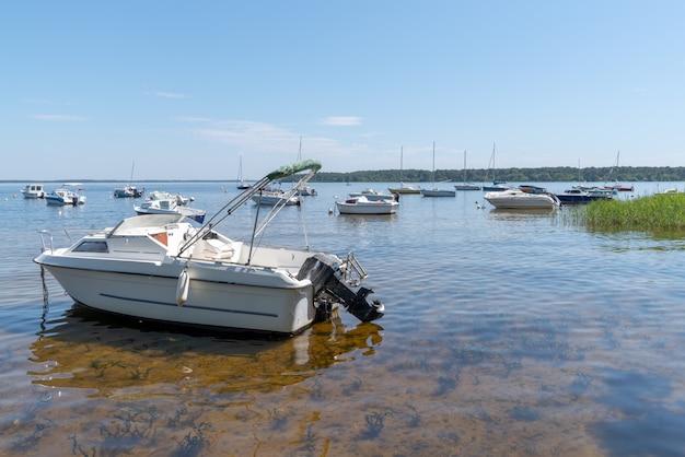 Letni dzień w jeziorze z łodzią w lacanau we francji na południowy zachód