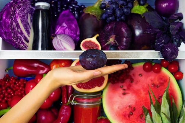 Letni fiołek zdrowy pulchny organiczny przeciwutleniacz, warzywa warzywa i owoce: kapusta, bakłażan, winogrona, figa jako symbol zdrowego odżywiania, diety i stylu życia. lodówka, wegańska, wegetariańska i surowa koncepcja