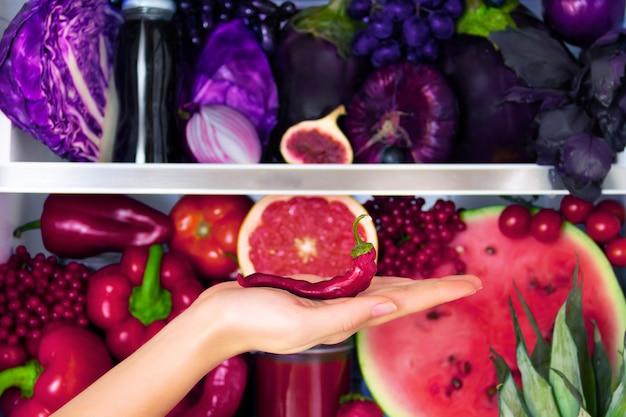 Letni fioletowy zdrowy organiczny przeciwutleniacz chili, warzywa warzywa i owoce: kapusta, bakłażan, winogrona, figa jako symbol zdrowego odżywiania, diety i stylu życia. lodówka wegańska. koncepcja wegetariańska i surowa