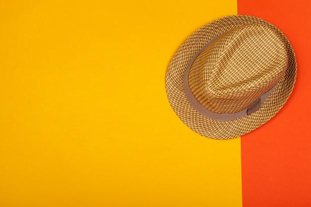 Letni kapelusz na kolor tła. widok z góry, płaski układ