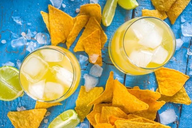 Letni koktajl cytrusowy, margarita cytrusowa, napój tequila z solą i meksykańskie chipsy