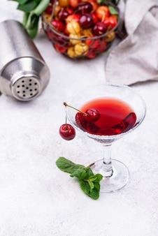 Letni koktajl z czerwonego wiśniowego martini