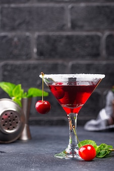 Letni koktajl z czerwonych wiśni