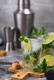 Letni koktajl z limonką i miętą