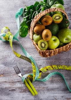 Letni kosz zielonych owoców i warzyw.