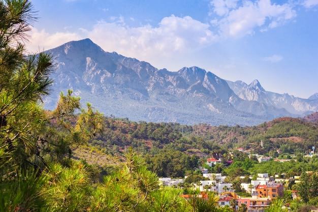 Letni krajobraz górski i dachy domów w turcji, antalya