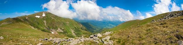 Letni krajobraz górski i niebo z chmurą cumulus (ukraina, karpaty). cztery ujęcia ściegu obrazu.