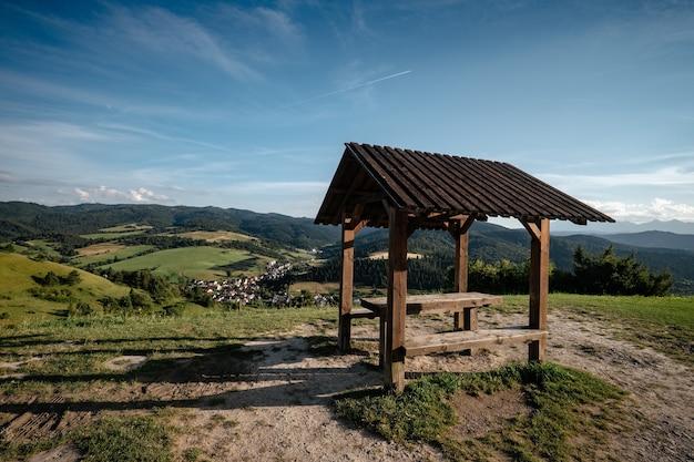 Letni krajobraz górski na słowacji z drewnianą konstrukcją dachu