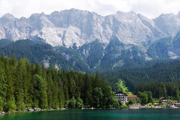 Letni krajobraz górski nad jeziorem, koncepcja wypoczynku w górach