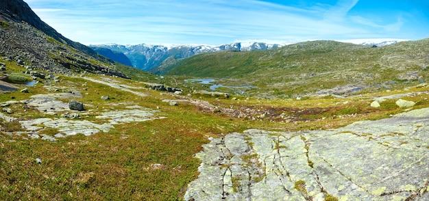 Letni krajobraz górski z jeziorami na stoku
