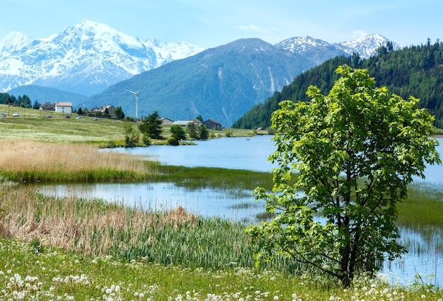 Letni krajobraz górski z jeziorem lago di resia (włochy)