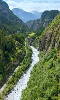Letni krajobraz górski z mostem przez wąwóz (alpy, szwajcaria)