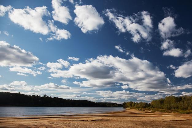 Letni krajobraz nad rzeką w pogodny dzień, plaża nad rzeką prypeć