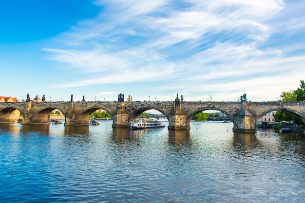 Letni krajobraz pragi widok na rzekę ltawę i słynny most karola.
