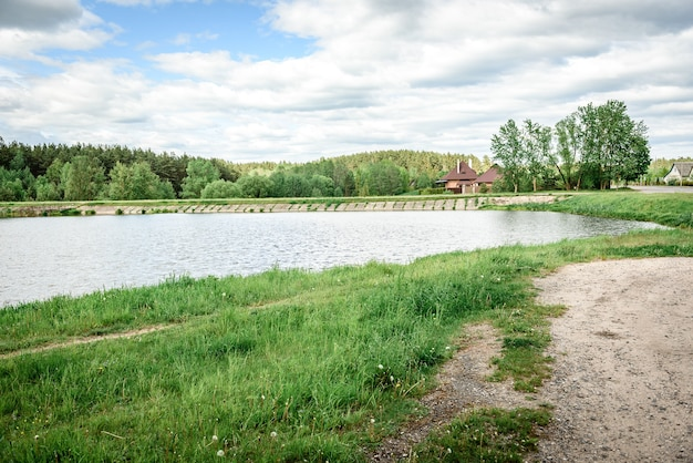 Letni krajobraz. rzeka w parku miejskim.