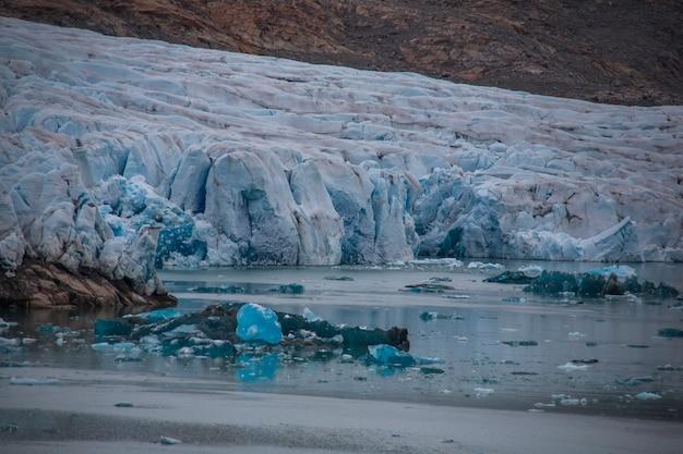 Letni krajobraz w fiordach narsaq w południowo-zachodniej grenlandii