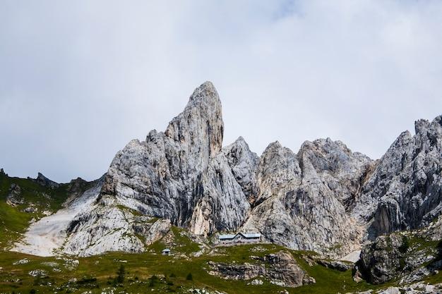 Letni krajobraz w górach dolomitów, alpy, włochy.