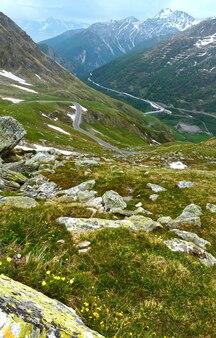 Letni krajobraz wielkiej przełęczy św. bernarda. znajduje się w szwajcarii w kantonie valais, bardzo blisko włoch.