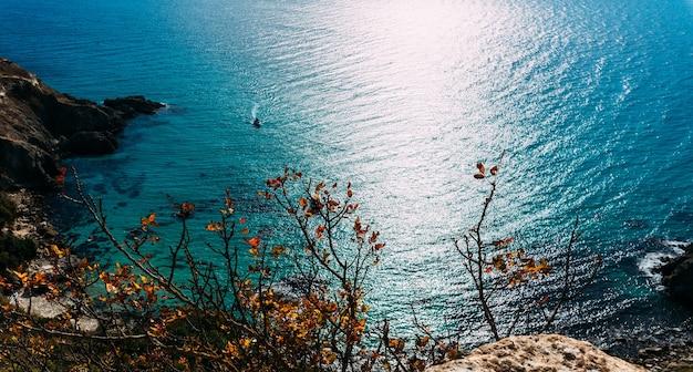 Letni krajobraz z morzem. widok z lotu ptaka na morze. widok z lotu ptaka na rajskie morze z czystą wodą. miejsce wypoczynkowe. widok z góry, niesamowite tło przyrody. wakacje za granicą. skopiuj miejsce