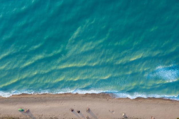 Letni krajobraz z piaszczystą plażą i turkusowym morzem