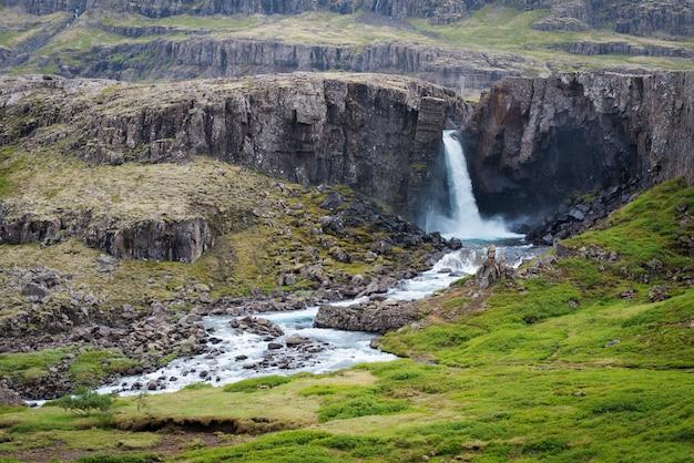 Letni krajobraz z pięknymi wodospadami na islandii