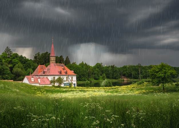 Letni krajobraz z ulewą i pałacem