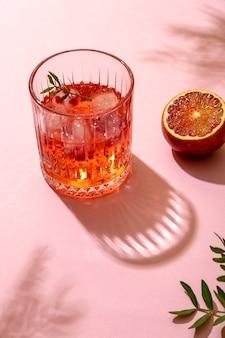 Letni lodowy koktajl alkoholowy serwowany w letnim słońcu, widok z góry. modny styl retro z cieniami.