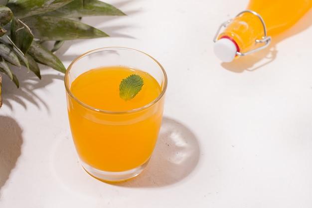 Letni napój ananasowy.