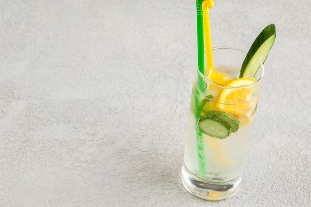 Letni napój chłodzący z cytryną i ogórkiem w szklance