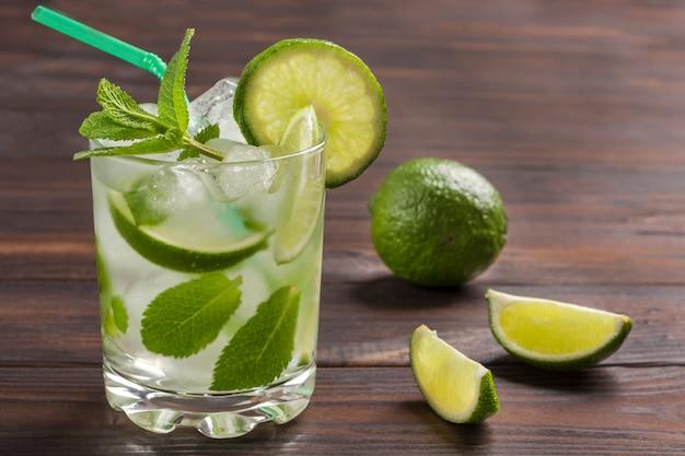 Letni napój chłodzący z lodem, limonką i miętą. napój bezalkoholowy.