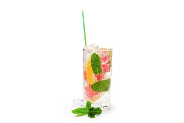 Letni napój detoksykujący ze świeżymi owocami w szklanym słoiku