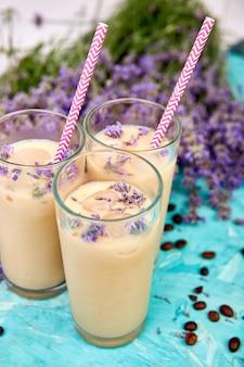 Letni napój mrożona kawa z lawendą w szkle