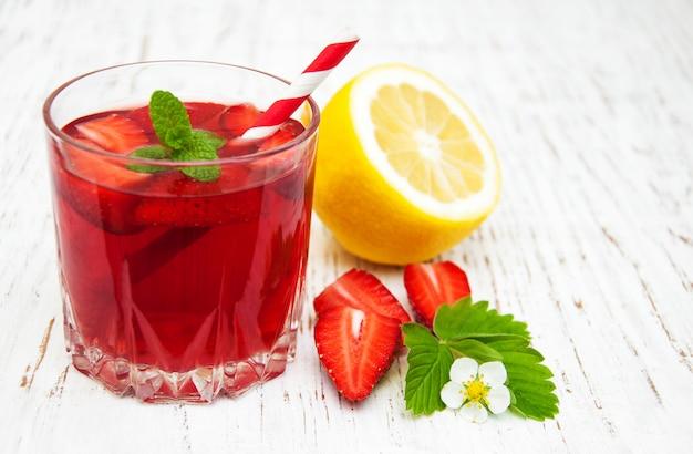 Letni napój truskawkowy
