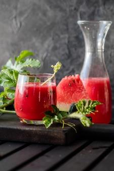 Letni napój zimny sok z arbuza z limonką i miętą na drewnianej desce koktajl jagodowy