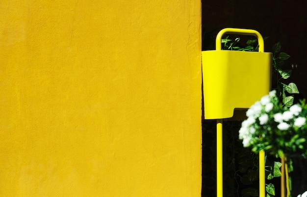 Letni ogród z żółtą ścianą