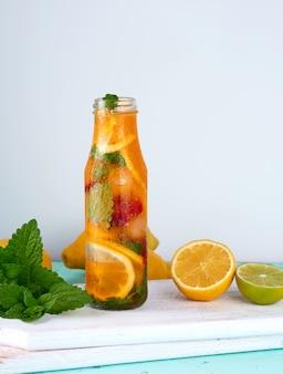Letni orzeźwiający napój lemoniada z cytrynami, żurawiną, liśćmi mięty