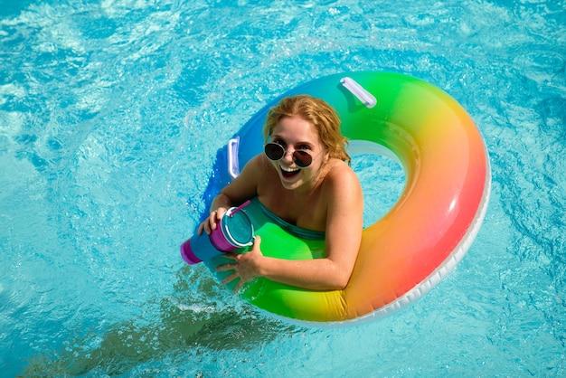 Letni ośrodek wczasowy. kobieta na pierścieniu do pływania. letni nastrój. impreza w basenie. dni letnie. wakacje na wakacjach.
