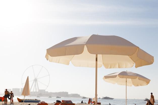 Letni parasol plażowy.