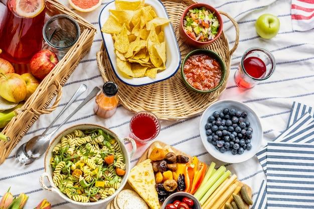 Letni piknik z przekąskami i świeżymi owocami