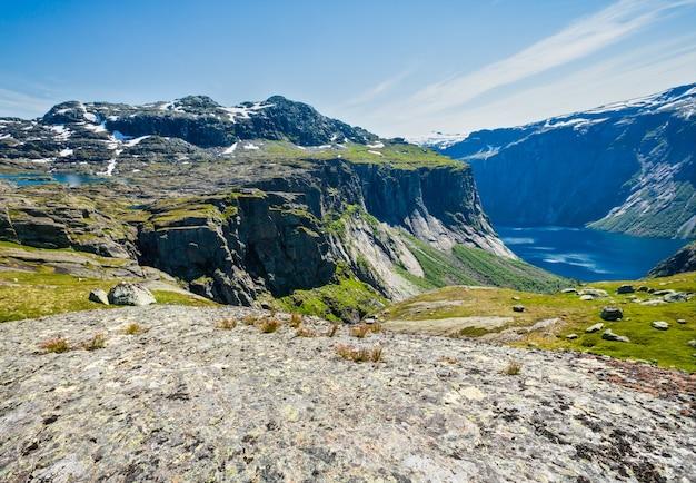 Letni płaskowyż roldal highlands i krajobraz górski jeziora ringedalsvatnet