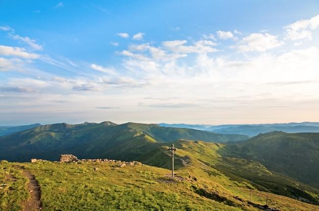 Letni pochmurny krajobraz górski (ukraina, karpaty)