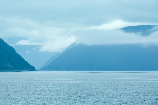 Letni pochmurny widok na fiord z promu (norwegia)