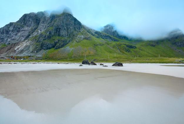 Letni pochmurny widok na plażę z białym piaskiem w ramberg