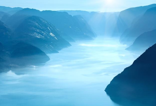 Letni poranek mglisty widok z masywnego klifu preikestolen (norwegia, lysefjorden)