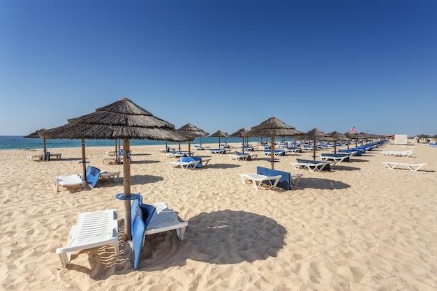 Letni poranek na plaży wyspy tavira. portugalia, algarve.