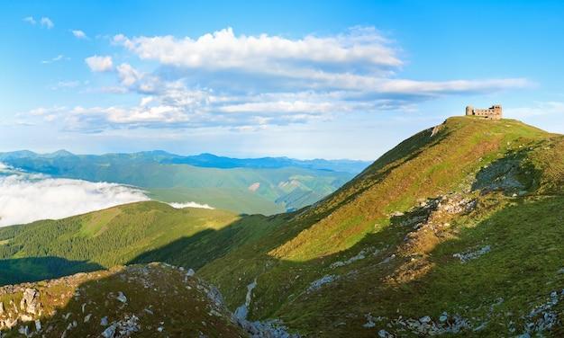 Letni poranek na szczycie góry pip ivan z ruinami obserwatorium (chornogora ridge, karpaty, ukraina)