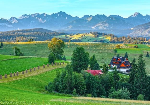 Letni poranek zamglony widok na górską wioskę i pasmo tatr (gliczarów górny, polska)