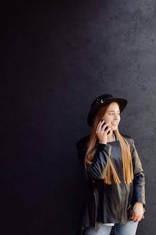 Letni portret młodej dziewczyny stylowe pozowała w słoneczny dzień na ulicy z telefonem