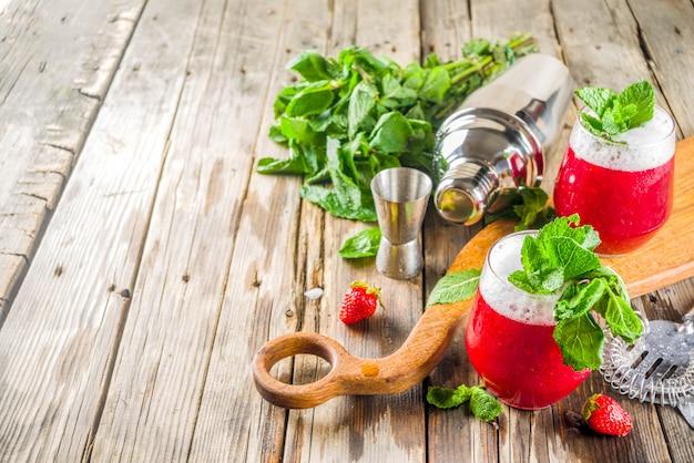 Letni słodki alkoholowy koktajl akvavit